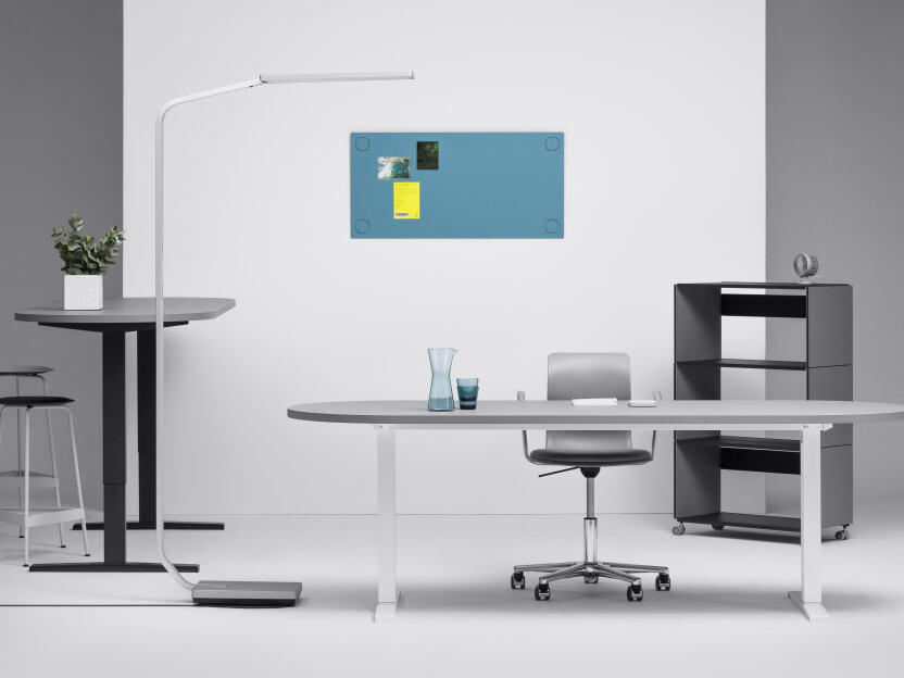 Height adjustable linoleum table